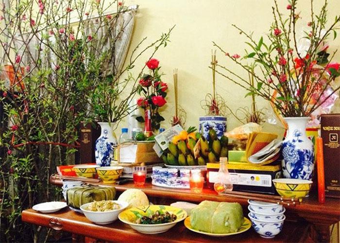 Trang trí bàn thờ tổ tiên cho ngày Tết cổ truyền của người dân Việt