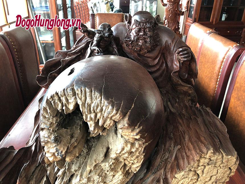 Tượng chung quỳ phục ma, gỗ cẩm lông chuột. KT 54x45x53cm.