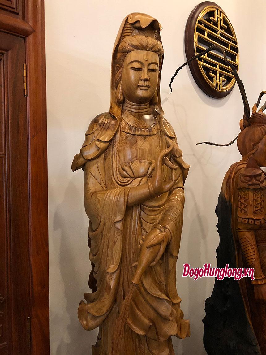 Tượng quan âm bồ tất, gỗ thuỷ tùng. KT cao 157cm, rộng 43cm. Chân đế 40x40cm.