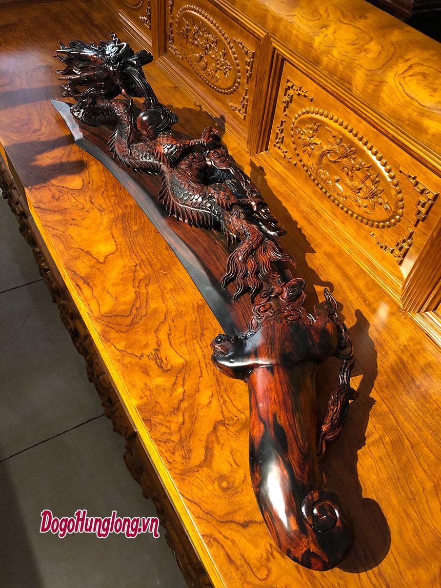 Thanh long đao, chế tác từ gỗ trắc đỏ đen