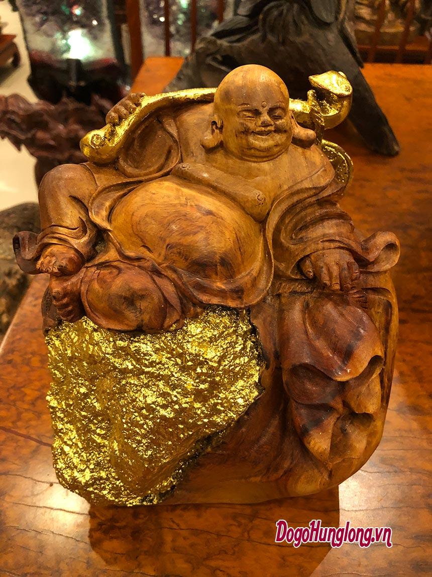 Tượng di lặc ngồi trên phiến đá được mạ vàng 24k.