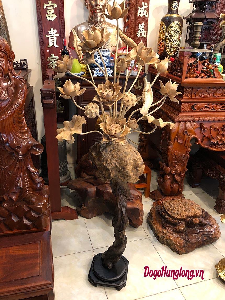 Sen thờ, chân gỗ pơmu, hoa sen chế tác từ gỗ ngọc am cực thơm. Kích thước cao 175cm, rộng 65cm.